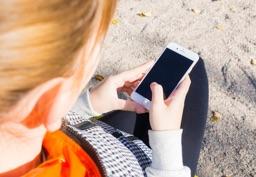 Девушка ждет сообщения на телефон